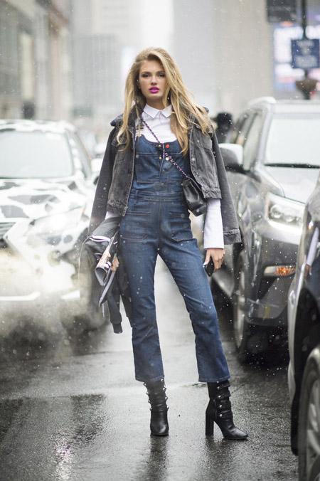 Romee Strijd в джинсовом комбинезоне, белой рубашке и джинсовке