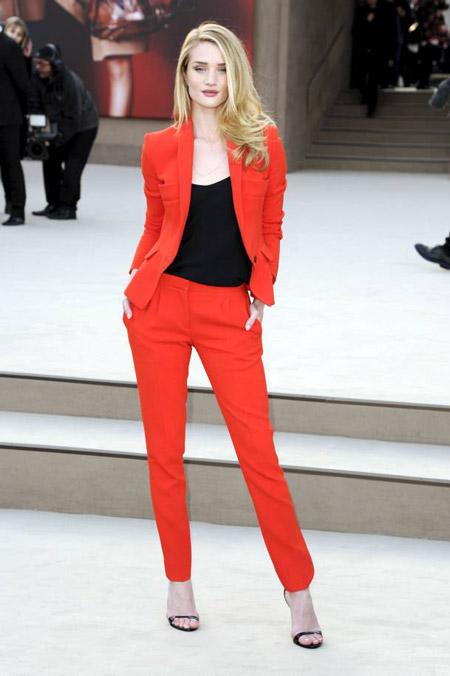 Рози Хантингтон в красном костюме