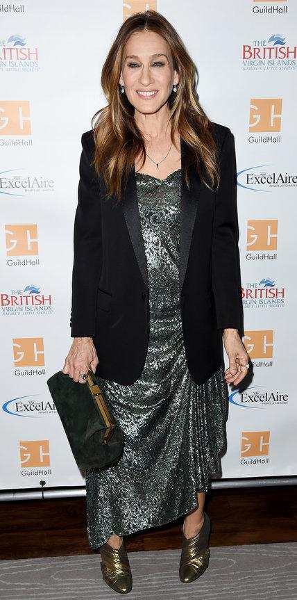 Сара Джессика Паркер в серебристом платье, черном жакете и золотистых ботильонах