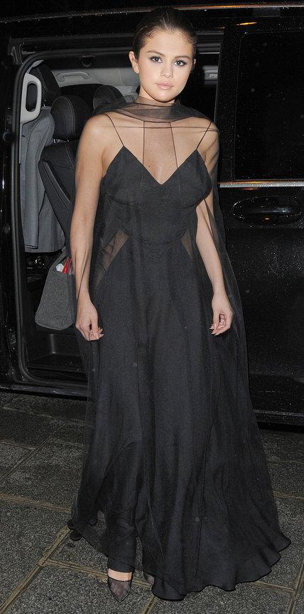 Селена Гомес в длинном черном платье с прозрачной накидкой