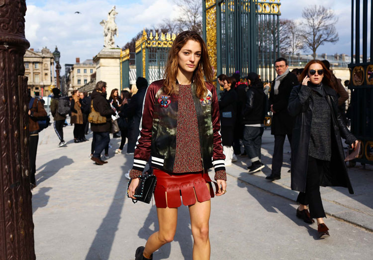 Sofia Sanchez de Betak в мини юбке, свиншоте и куртка