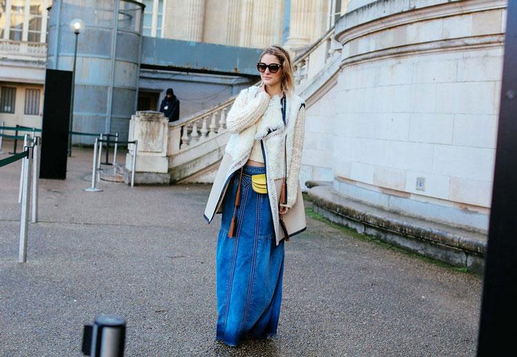 Sofia Sanchez в длинной джинсовой юбке, бежевое пальто