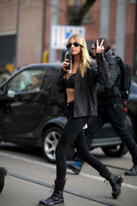 Стелла Максвелл в черных джинсах, ботинках, бюстье и куртке ветровке