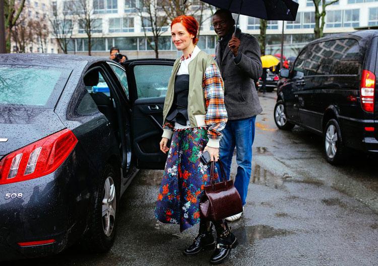 Taylor Tomasi Hill в синей юбке с цветочным принтом, топ и куртка, черные ботинки