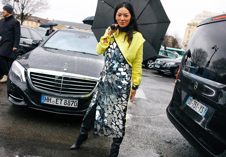 Tina Leung в серебристом платье, высокие сапоги с острым носком