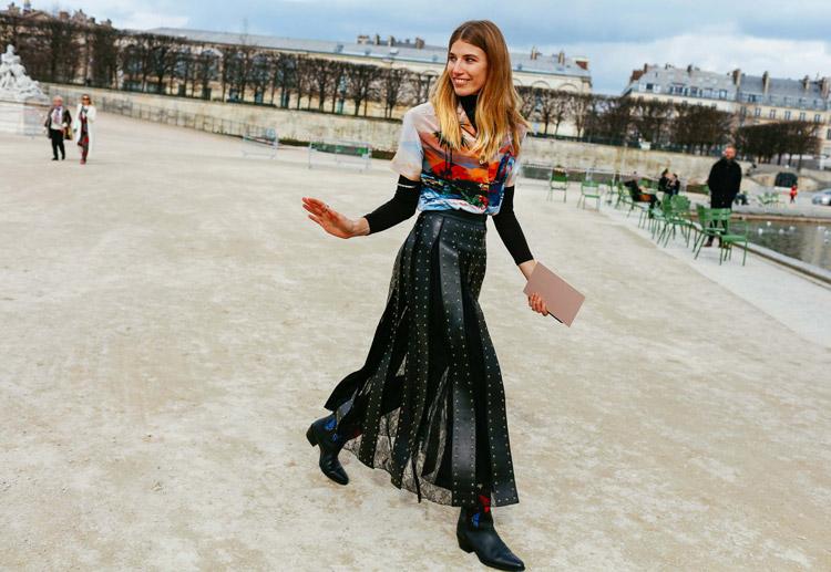Veronika Heilbrunner в длинной черной юбке, блуза с принтом