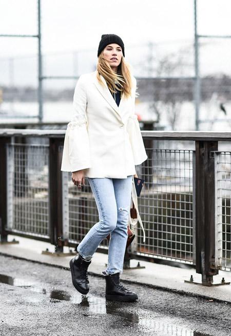 Veronika Heilbrunner в голубых джинсах, ботинках, короткое белое пальто