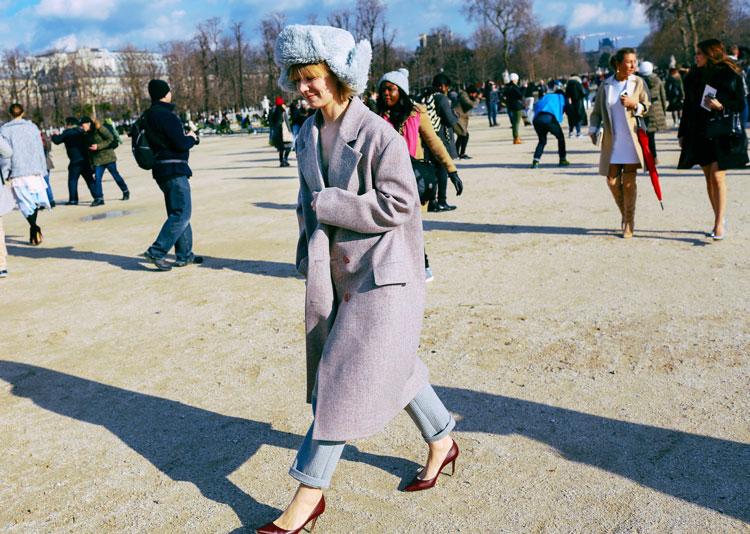 Vika Gazinskaya в джинсах, серое пальто и шапка ушанка