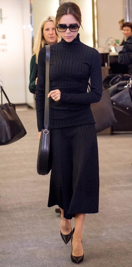 Виктория Бекхэм в темно синем костюме с юбкой и водолазкой