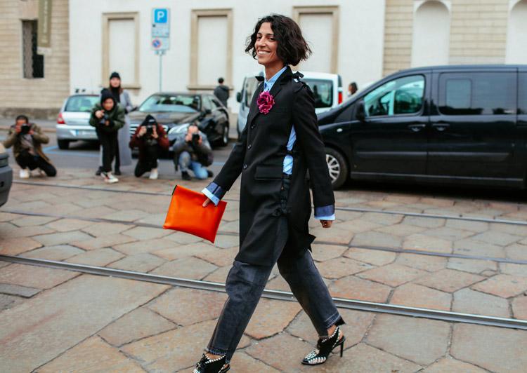 Yasmin Sewell в широких брюках и плаще прямого покроя, оранжевый клатч