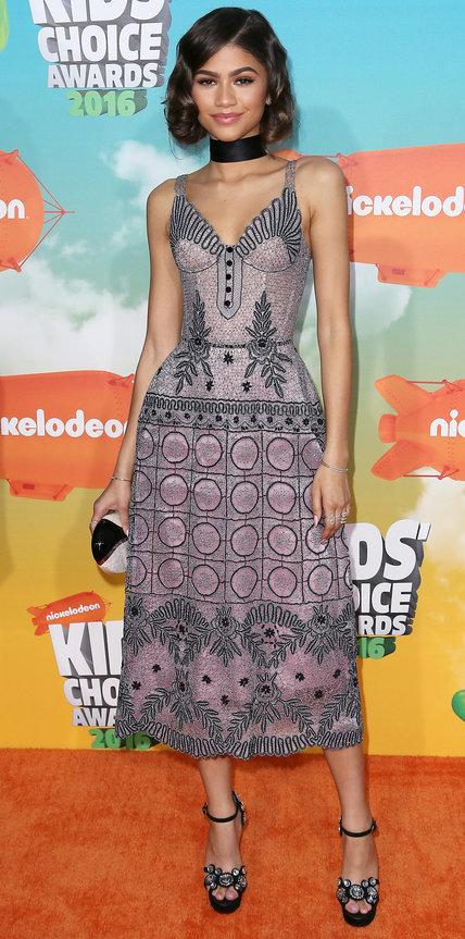 Зендая в прекрасном платье фиолетового оттенка и босоножках