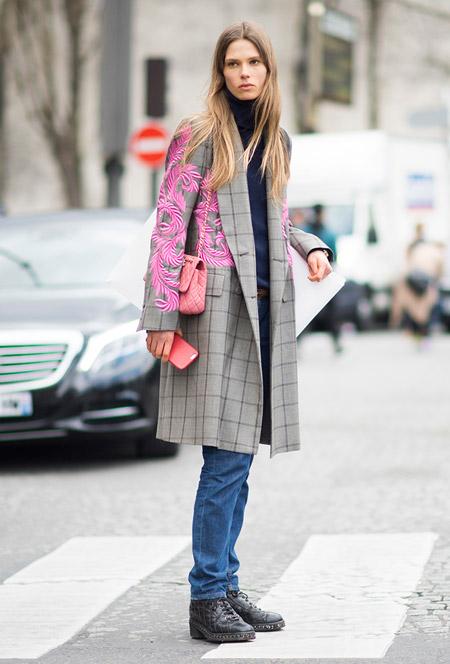 девушка в джинсах, ботинки и серое пальто в клетку