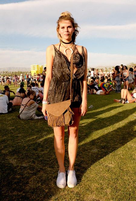 Девушка в бархатном комбинезоне и с сумкой с бахромой - Коачелла 2016