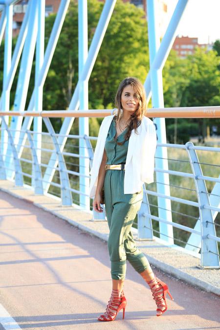 Девушка в белом пиджаке и зеленом комбинезоне