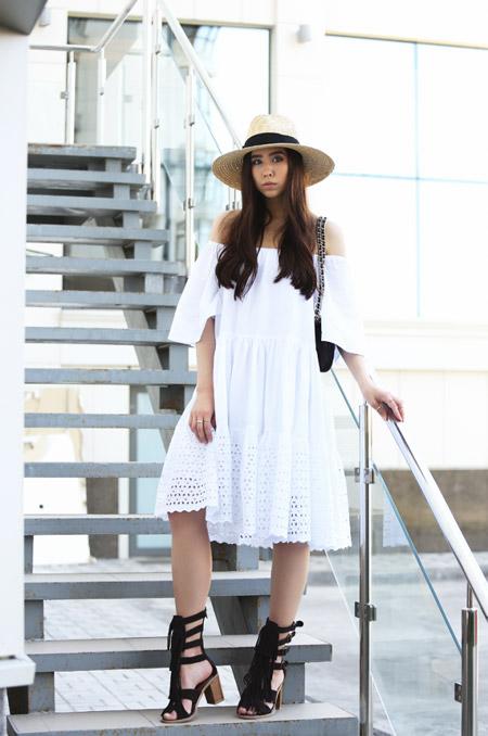 Девушка в белом платье и шляпке