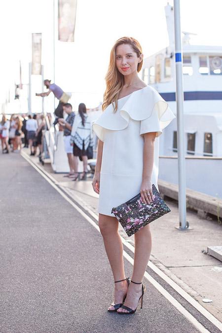 Девушка в белом платье с открытым плечом