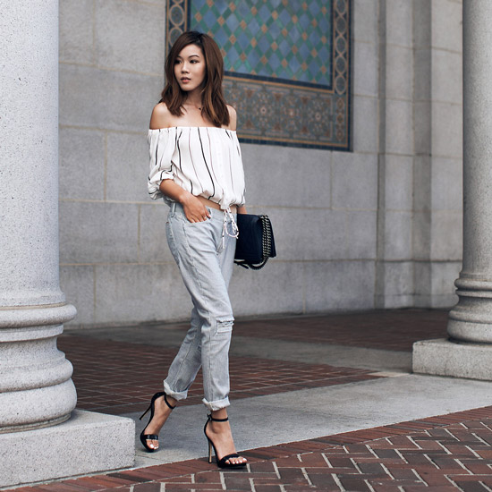 Девушка в белой блузке и серых брюках
