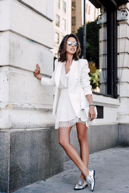 Девушка в белой мини юбке, блуза и пиджак