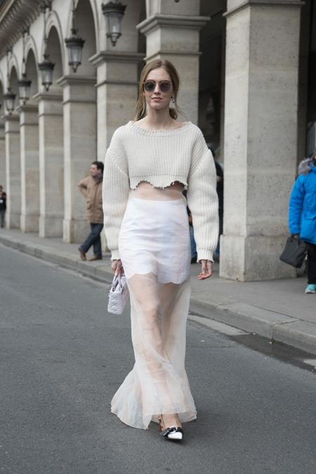 Девушка в белой прозрачной юбке и укороченный свитер