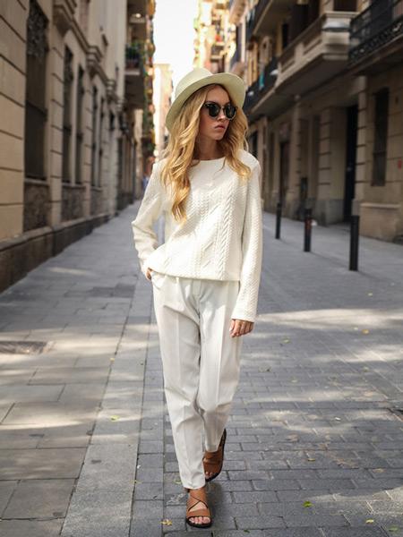 Девушка в белых брюках, свитере и шляпа