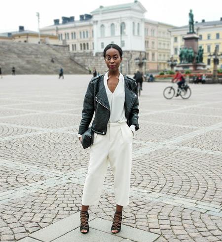 Девушка в белых капри, блуза и куртка косуха, черные босоножки