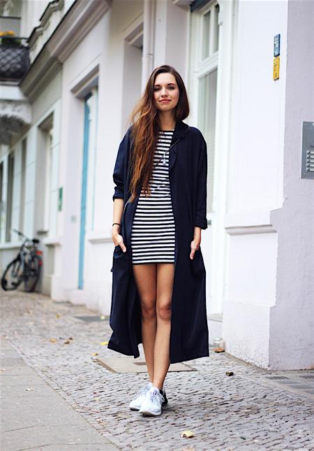Девушка в черно-белом мини платье и длинный синий плащ