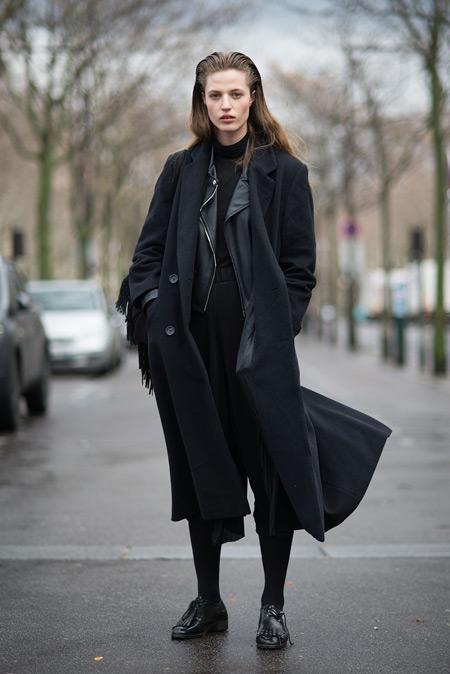 Девушка в черном пальто, плотные колготки