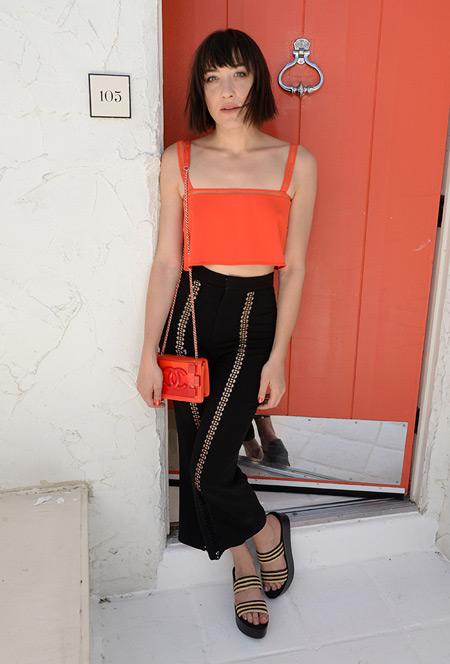 Девушка в черной узкой юбке и оранжевый кроп топ - Коачелла 2016