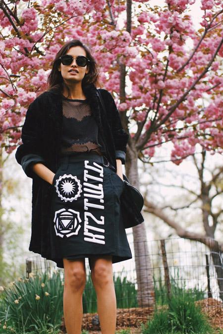 Девушка в черной юбке с надписями, блуза и пальто, монохромный стиль