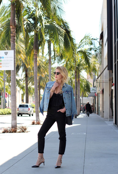 Девушка в черных капри, топ и синяя джинсовка