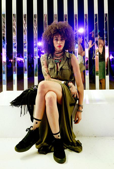 Девушка в длинном платье стиля сафари - Коачелла 2016
