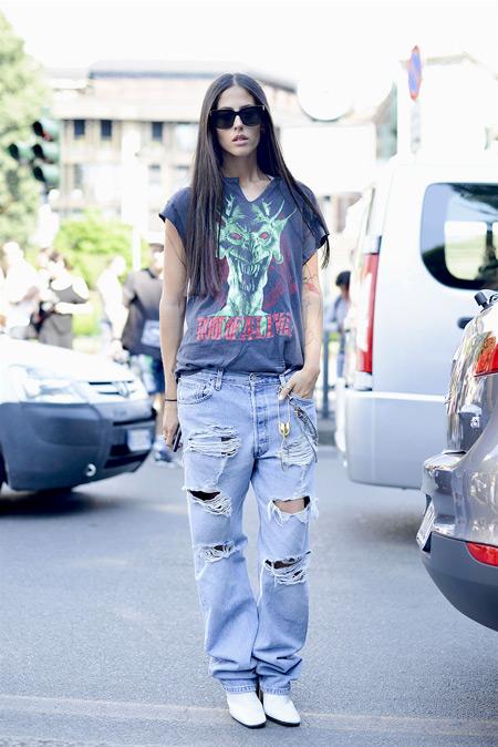 Девушка в джинсах бойфрендах и футболке с принтом