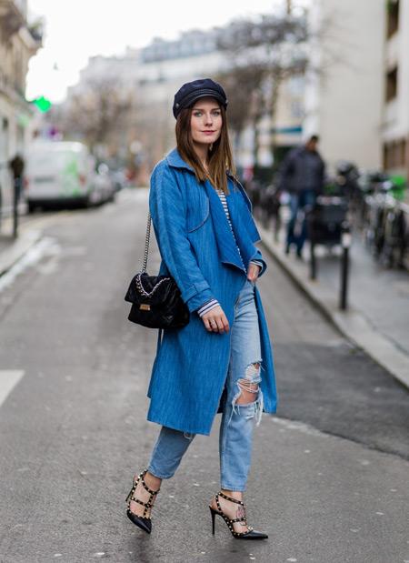 Девушка в джинсах бойфрендах и синий плащ, монохромный стиль