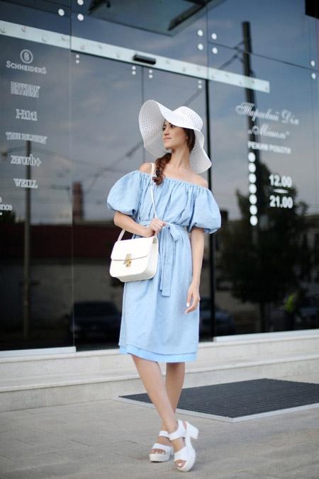Девушка в голубом платье и шляпке