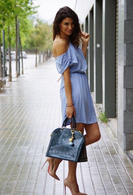 Девушка в голубом платье с открытыми плечами
