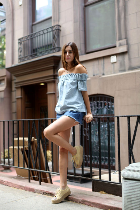 Девушка в голубой блузке и шортах