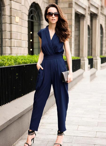 Девушка в классическом синем комбинезоне