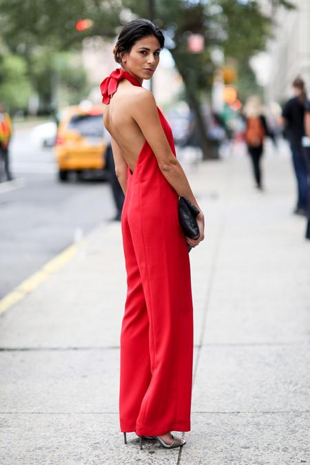 Девушка в красном комбинезоне с открытой спиной
