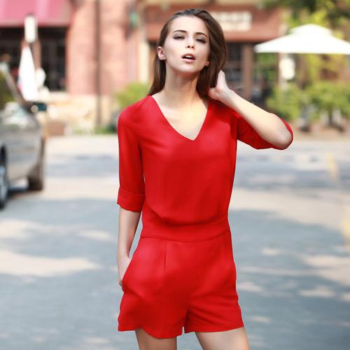 Девушка в красном комбинезоне с шортами