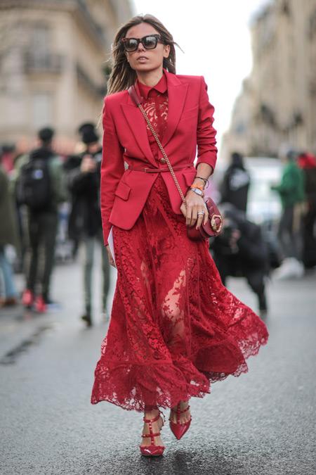 Девушка в красном платье, пиджак, сумочка и туфли, монохромный стиль