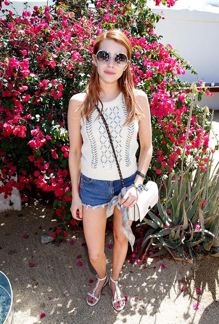 Девушка в мини шортах и белый топ, сандалии - Коачелла 2016