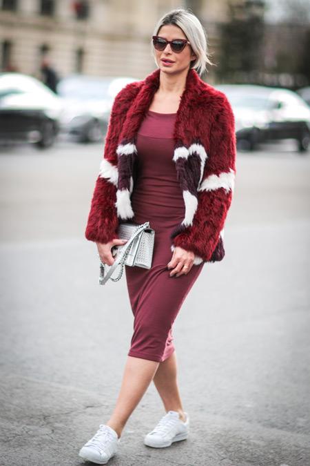Девушка в облегающем бордовом платье и шубке в цвет