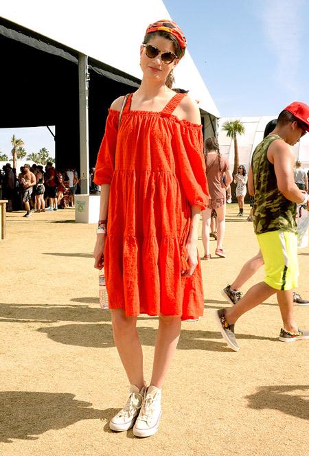 Девушка в ораньжевом платье и кедах - Коачелла 2016