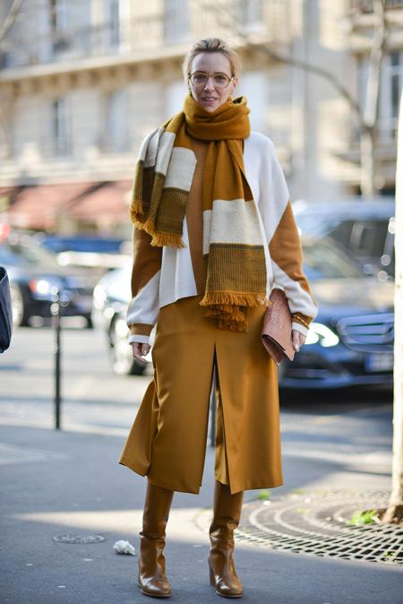 Девушка в плаще горчичного цвета, шафр и сапоги в тон, монохромный стиль