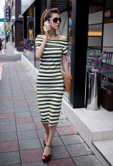 Девушка в полосатом платье с открытыми плечами