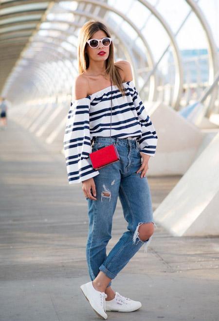 Девушка в полосатой блузке и джинсах