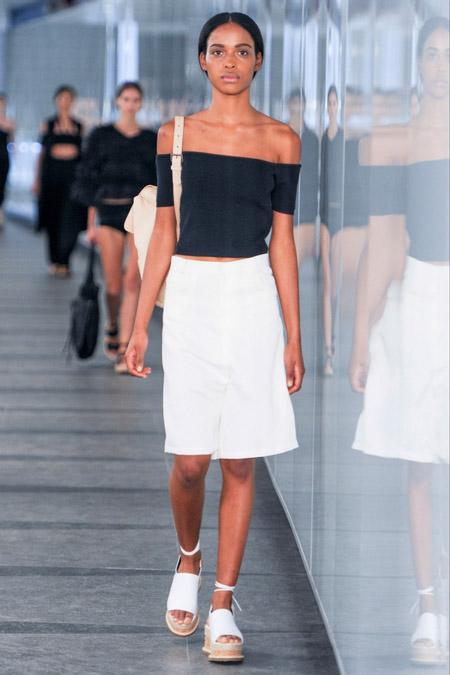 Девушка в прямой белой юбке
