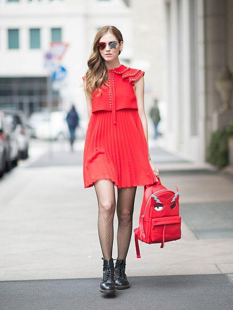 Девушка в розовом сарафане, рюкзак в тон и ботинки