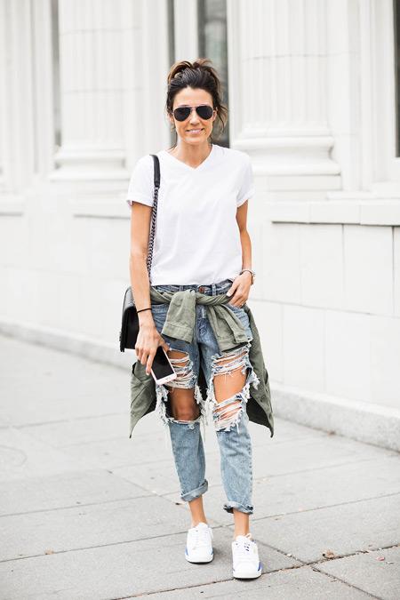 Девушка в рванных джинсах и белой футболке, кроссовки