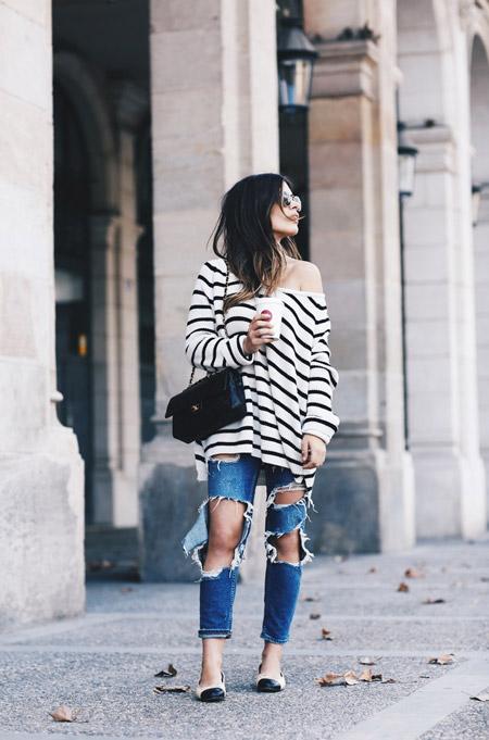 Девушка в рванных джинсах и черно белый свиншот